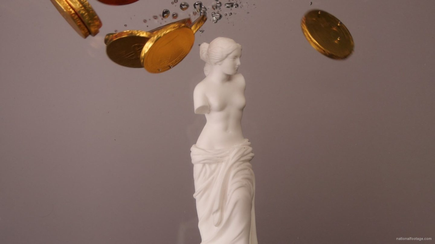 vj video background Venus-de-milos-underwater-falling-golden-dollars-statue-slowmotion_003