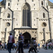 Blue-Sky-Beautiful-Tourist-Street-Weekend-Trip-Church-Stephansdome-Church-Stephansplatz-Vienna-Austria-Full-HD-25fps-Live-Footage_002 🔴  National Footage