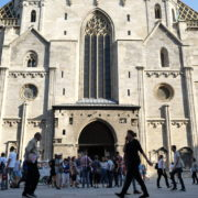 Blue-Sky-Beautiful-Tourist-Street-Weekend-Trip-Church-Stephansdome-Church-Stephansplatz-Vienna-Austria-Full-HD-25fps-Live-Footage_006 🔴  National Footage