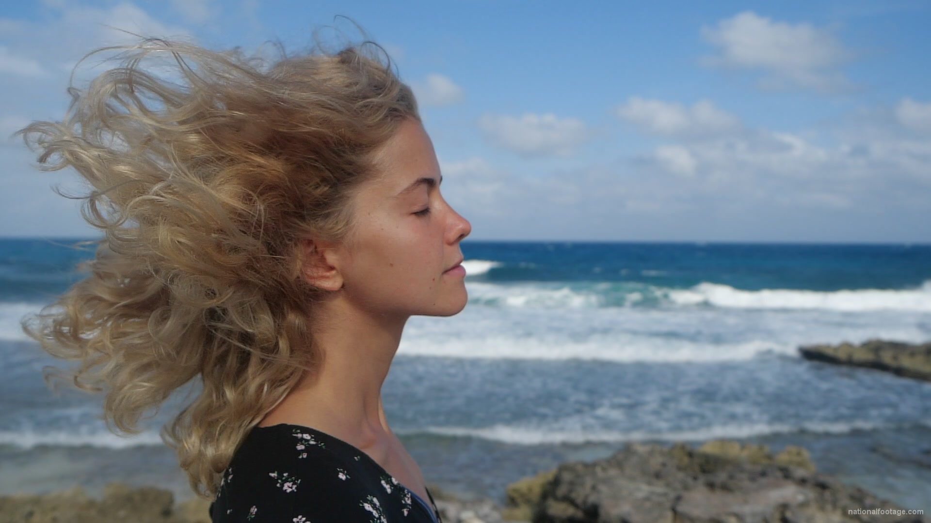 vj video background Blonde-girl-enjoy-the-wing-on-the-sea-ocean-in-slow-motion_003